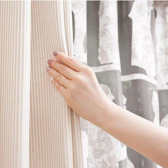 [Step1] カーテの前に立ち、手をやや上に伸ばしてカーテンを持つ。